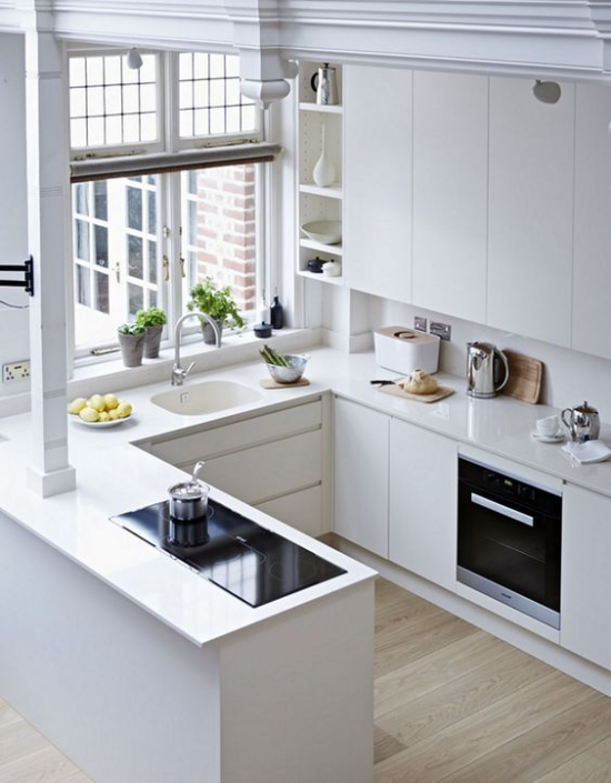 U-Küche großes Fenster viel Tageslicht perfektes Küchendesign in Weiß Sauberkeit und Ordnung