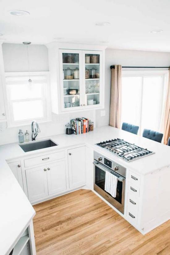 U-Küche helles Küchendesign in Elfenbein Holzboden angenehme Raumatmosphäre