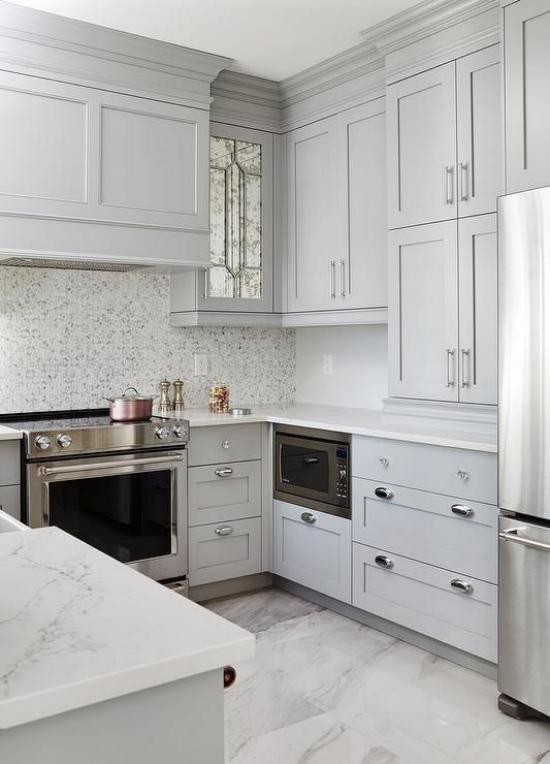U-Küche hohe graue Oberschränke viel Stauraum Arbeitsplatten aus weißem Marmor
