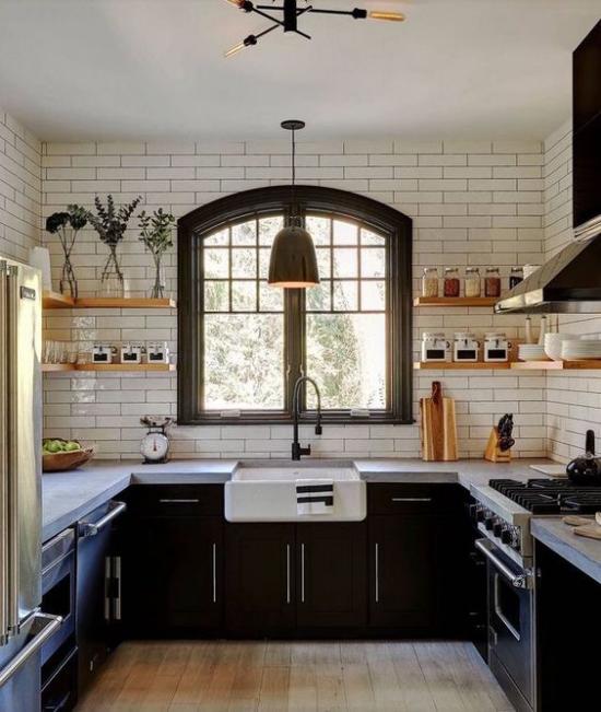 U-Küche im Retro Stil dunkler Raum Fenster Spüle weiße Metro Fliesen dunkle Unterschränke