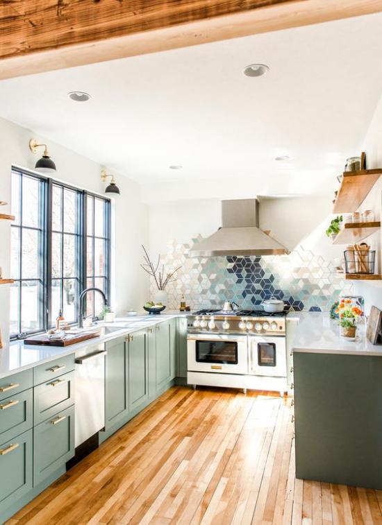 U-Küche im Retro Stil gemusterte Fliesen Dunstabzugshaube große Fenster