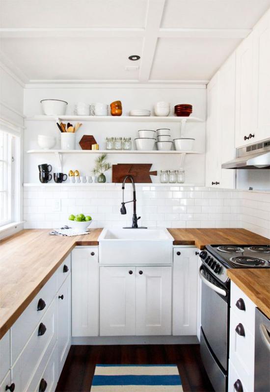 U-Küche im Retro Stil weiße Metro Fliesen weiße Schränke Holzarbeitsplatten