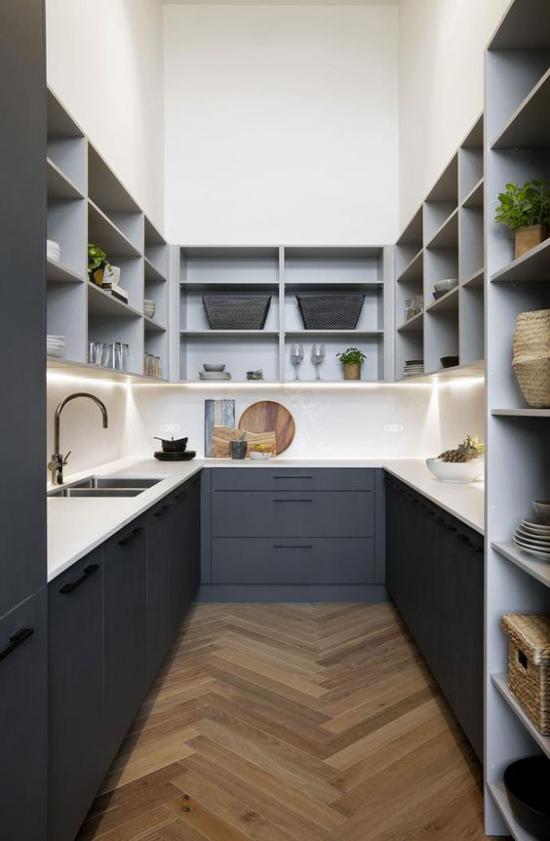 U-Küche interessantes Design in U-Form in Grau und Anthrazit offene Regale oben