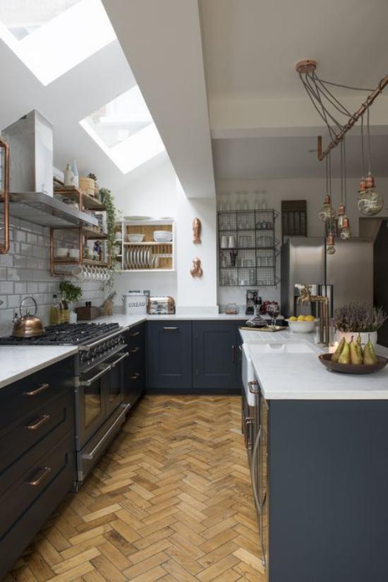 U-Küche passt in den Raum unter der Dachschräge Dachfenster interessantes Raumdesign