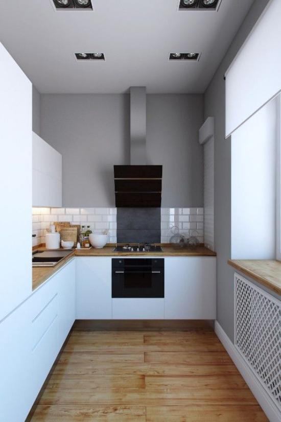 U-Küche sauberes Küchendesign weiße Schränke weiße Metro Fliesen Arbeitsplatten aus Holz