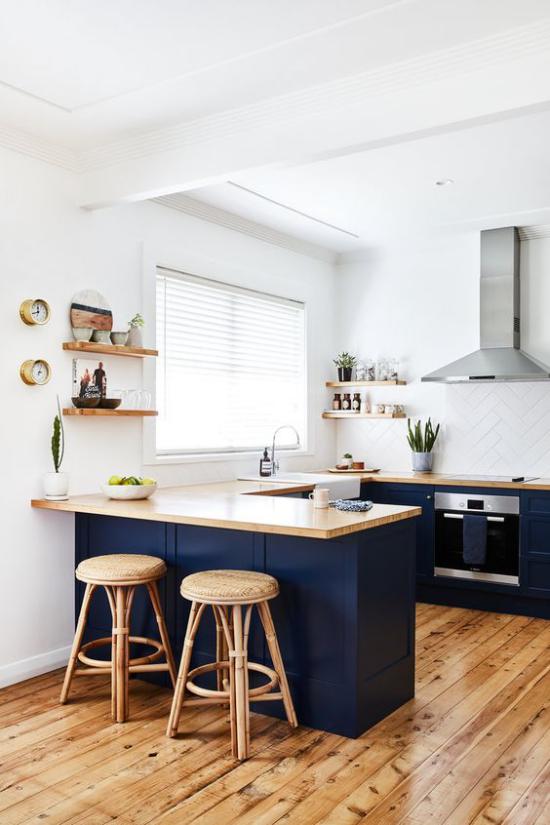 U-Küche schönes Küchendesign weiße Wände Regal ohne Oberschränke Holzboden Arbeitsplatten aus Holz