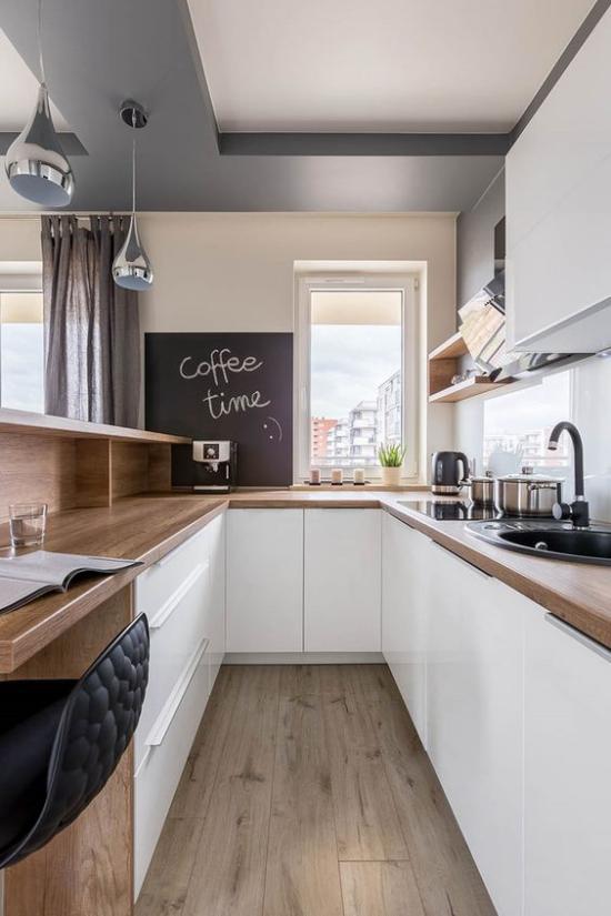U-Küche schönes design saubere Anordnung eingebauter Schreibtisch schwarze Tafel