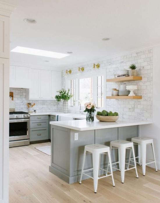 U-Küche weiße Metro Fliesen graue Unterschränke weiße Arbeitsplatte Hocker