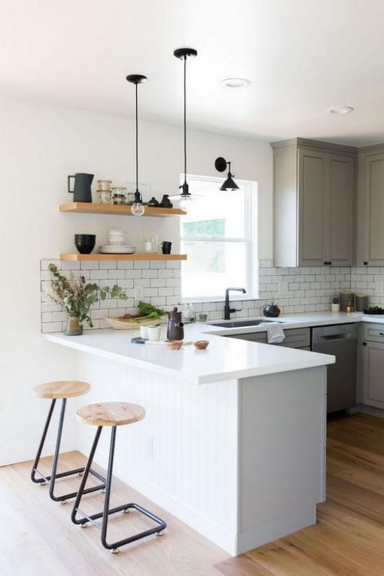 U-Küche weiße Metro Fliesen weiße Arbeitsplatte Hocker aus Holz und Metall offene Regale ansprechendes Raumdesign