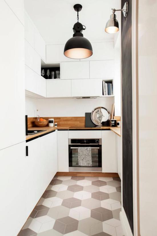 U-Küche weißes Ambiente Sauberkeit beste Ordnung sechseckige Bodenfliesen gemustert