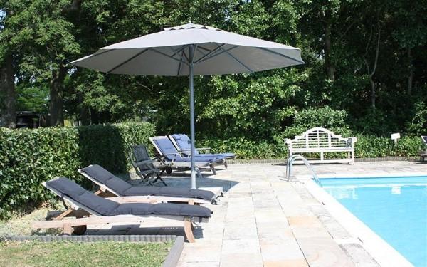 Welche Sonnenschirme gibt es für den Garten Arten im Überblick ampelshirm pool ideen
