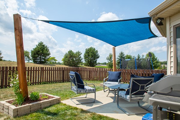 Welche Sonnenschirme gibt es für den Garten Arten im Überblick segelschirm schön blau