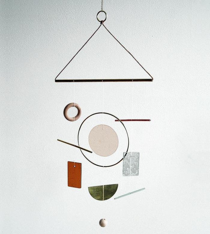 Windspiel basteln mit Naturmaterialien diy ideen sommer deko ideen bunt treibholz und steine mobilee musikalisch