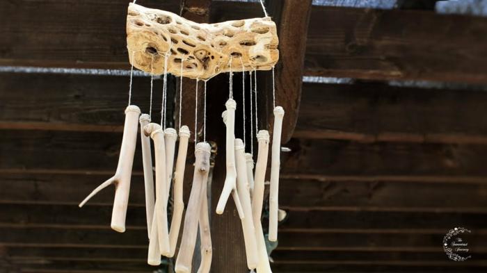Windspiel basteln mit Naturmaterialien diy ideen sommer deko ideen bunt treibholz und steine