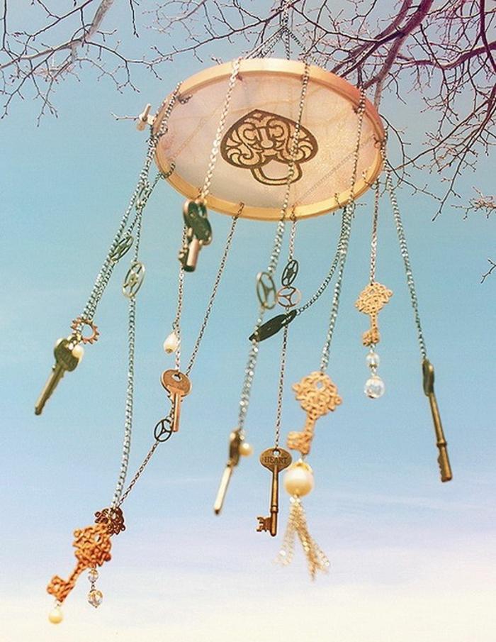 Windspiel basteln mit Naturmaterialien diy ideen sommer deko ideen mit alten schluesseln