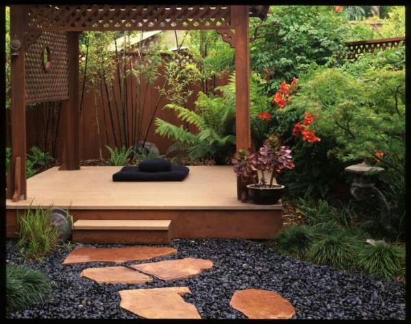 Yoga Garten anlegen und gestalten Holzplattform viel Grün Blumen Steine sichtgeschützt ruhig intim