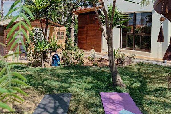 Yoga Garten anlegen und gestalten Yoga üben im Garten weg von neugierigen Blicken ruhige entspannte Atmosphäre
