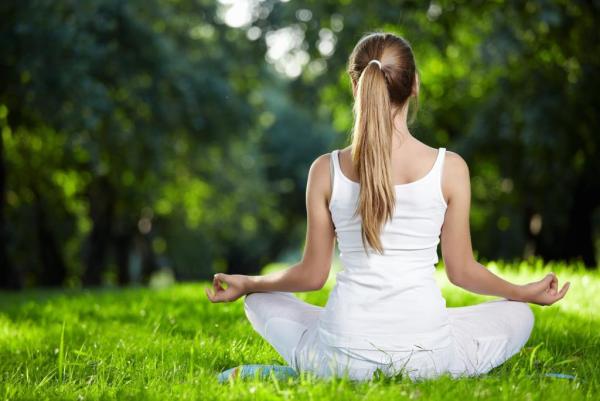 Yoga Garten anlegen und gestalten junges Mädchen vollen Relax genießen inmitten von viel Grün
