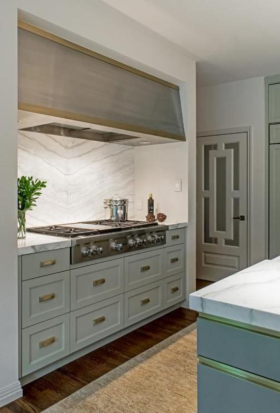 integrierte Dunstabzugshaube über dem Kochfeld in der großzügig designten Retro Küche
