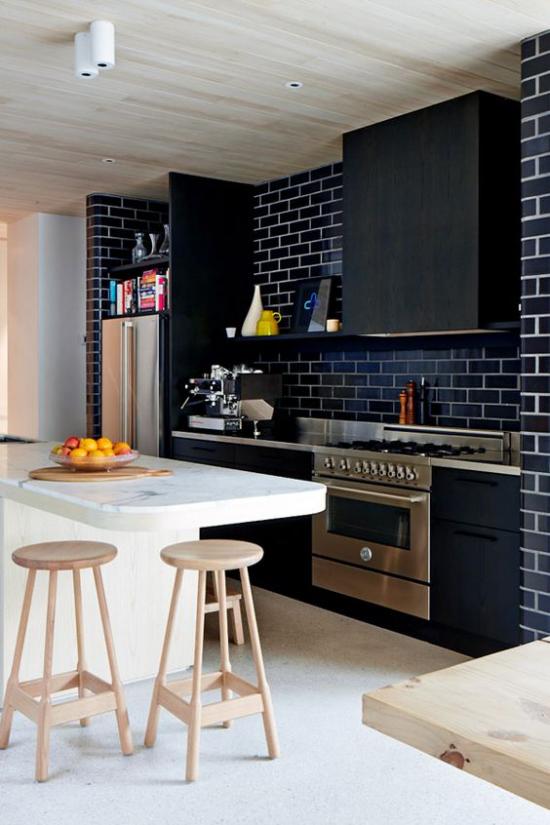 integrierte Dunstabzugshaube Kontraste Weiß und helles Holz schwarze Schränke schwarze Ziegelwand