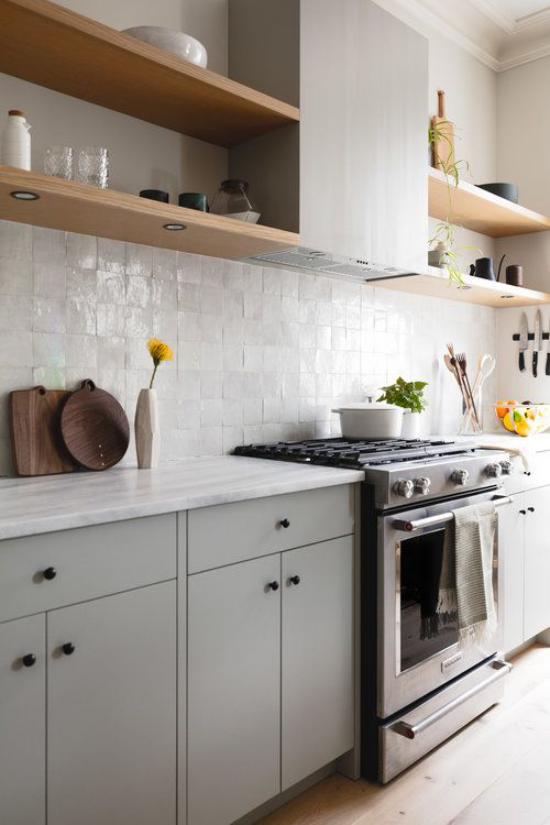 integrierte Dunstabzugshaube Retro Küche Fliesen offene Holzregale graue Schränke