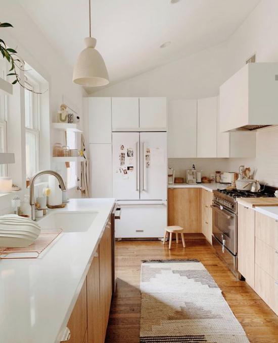 integrierte Dunstabzugshaube einladende Küche viel helles Holz plus Weiß ansprechende Raumatmosphäre