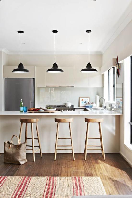 integrierte Dunstabzugshaube schönes Küchendesign großer Raum Hängelampen über der Kücheninsel