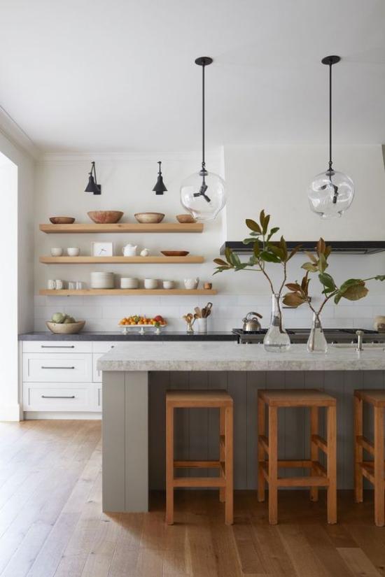 integrierte Dunstabzugshaube schicke Küche offene Holzregale Kücheninsel Platte aus grauem Marmor