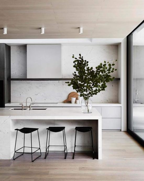 integrierte Dunstabzugshaube schicke minimalistische Küche Kücheninsel aus weißem Marmor