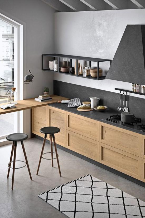 integrierte Dunstabzugshaube sehr ansprechende Küche helles Holz grauer Boden Schränke schwarze Akzente