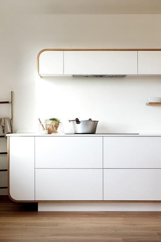 integrierte Dunstabzugshaube sehr moderne Küche ganz in Weiß integrierte Küchengeräte sehr ansprechende Raumatmosphäre