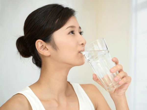 japanische wasserkur morgens ein glas warmes wasser trinken