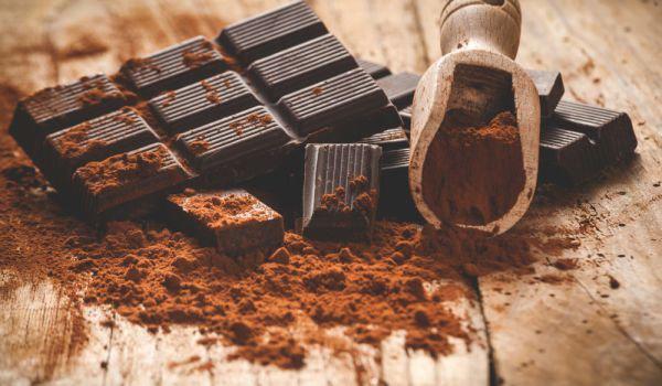 natürliche Fettverbrenner dunkle Schokolade mit hohem Kakaoantei über 75 Prozent ist gesund und fördert die Gewichtsabnahme