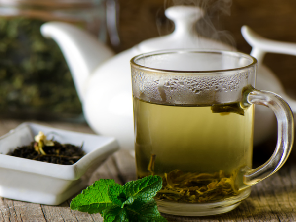 natürliche Fettverbrenner grünen Tee trinken mit anderen Kräutern mischen beliebtes Heißgetränk