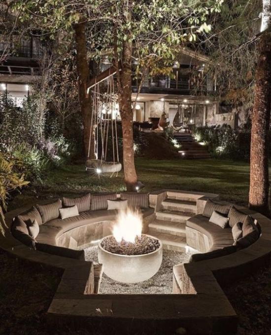versunkener Sitzbereich im Freien ausgefallene Outdoor-Beleuchtung Feuerstelle eingebaute Lichterquelle Lichterketten am Baum