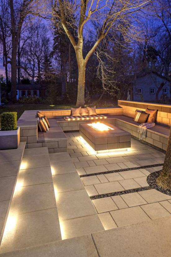 versunkener Sitzbereich im Freien eingebaute Outdoor-Beleuchtung Feuerstelle in der Mitte sehr stilvoll und einladend