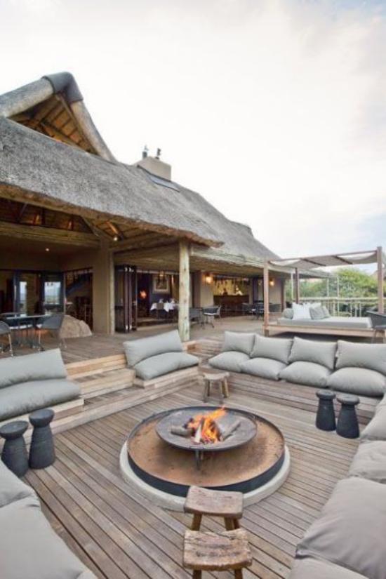 versunkener Sitzbereich im Freien großräumige Gestaltung Sitzbänke Polsterung einladender und stilvoller Outdoor-Bereich