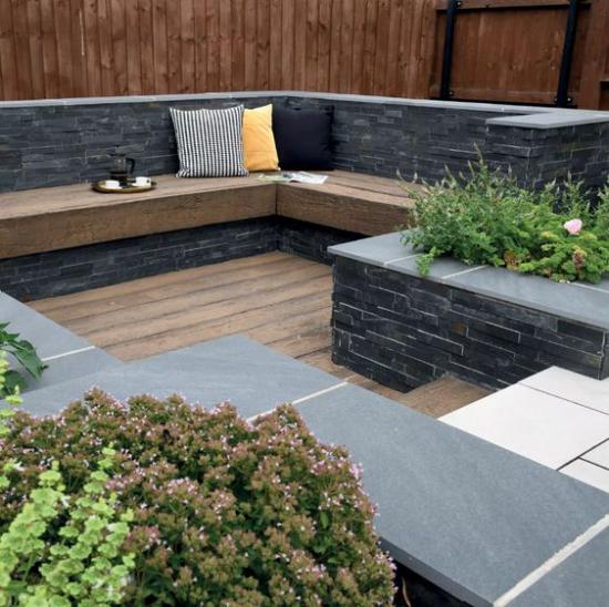 versunkener Sitzbereich im Freien interessante Gestaltung aus Holz und Steinplatten