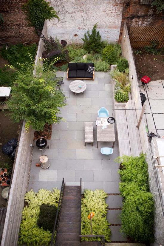 versunkener Sitzbereich im Freien kleine Fläche im Hinterhof in der Stadt Relax-Zone gestalten viele Grünpflanzen