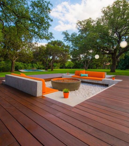versunkener Sitzbereich im Freien sehr attraktiv und einladend grelle orangefarbene Akzente Kissen Polsterung