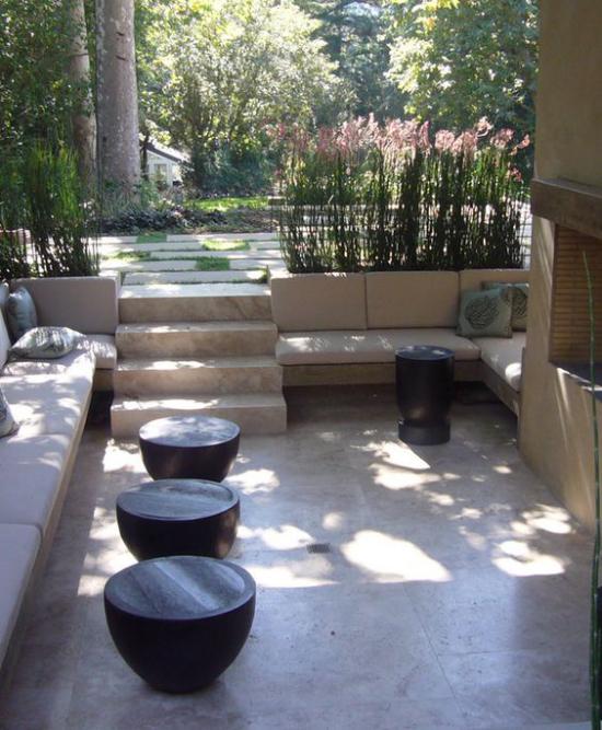 versunkener Sitzbereich im Freien viel Beton Stein Gestaltung auf kleiner Fläche im Japanischen Stil einfach aber ruhig und einladend