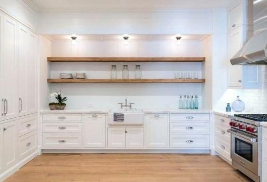 weiße küche ohne hängeschränke offene regale holz