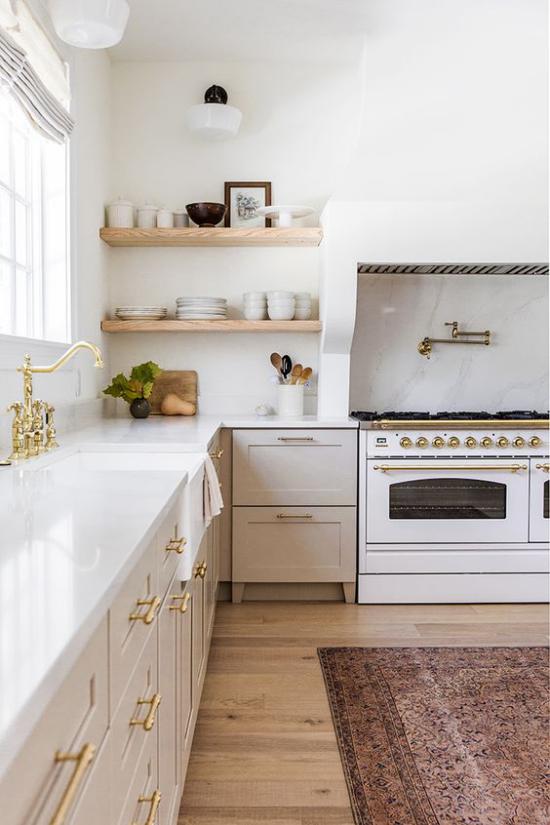 zeitlose Farben Retro Küche nach der Renovierung hell einladend in neutralen Farben goldglänzende Griffe