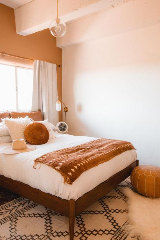 zeitlose Farben Schlafzimmer in warmen Erdtönen Fenster Bett Wurfdecke mit Ethno -Motiven