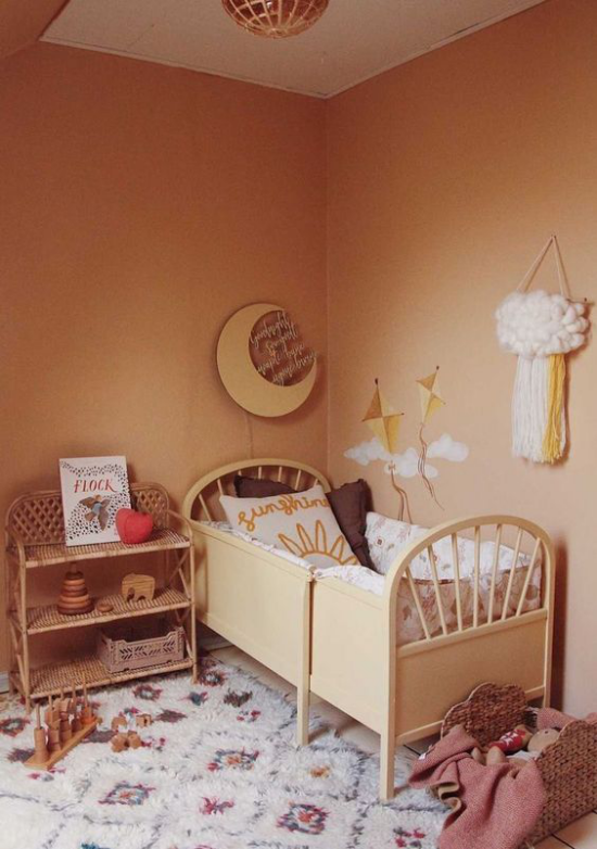 zeitlose Farben gemütliches Babyzimmer in Erdfarben in Retro Stil Bett Teppich Kommode