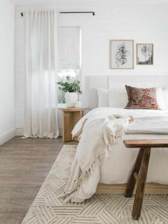 zeitlose Farben gemütliches Schlafzimmer in neutralen Farben helle weiche Texturen bunter Deko Kissen Wandbilder