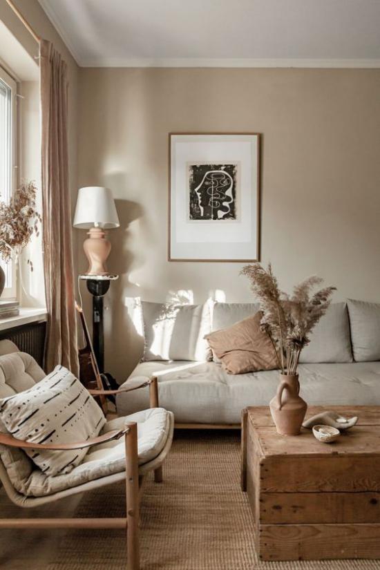 zeitlose Farben gemütliches Wohnzimmer in warmen Erdnuancen andere Naturmaterialien als Raumdekoration