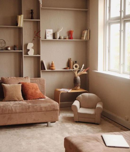 zeitlose Farben gemütliches Wohnzimmer in warmen Erdtönen Wandfarbe Boden Sofa kleiner Sessel