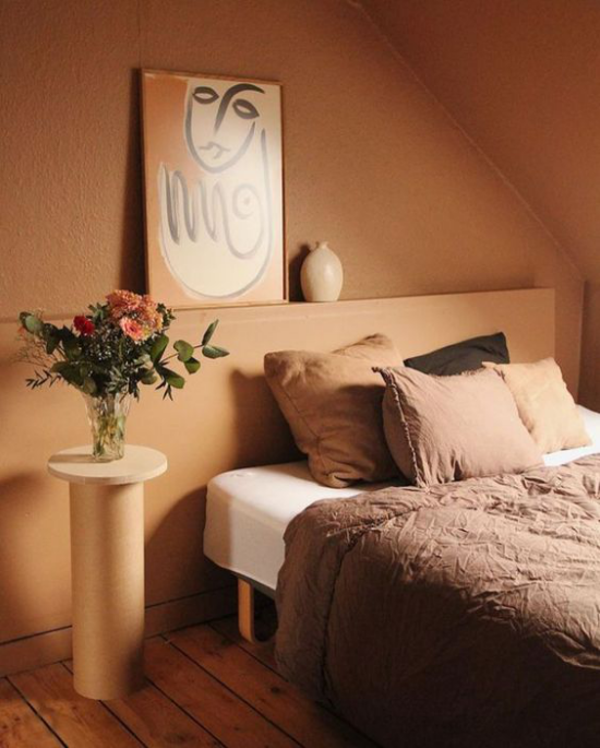 zeitlose Farben gemütliches warmes Schlafzimmer in Erdnuancen sehr einladend wirken Bett Bettwäsche Wandbild Nachttischlampe