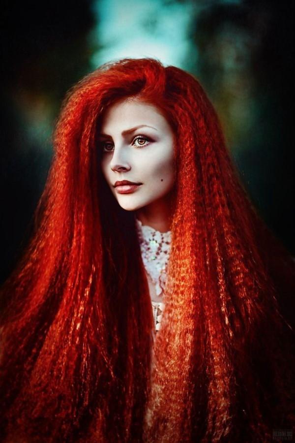 90er-Frisuren feiern ein Comeback mit coolen Schnitten und Styles aus gekrepptem Haar rot